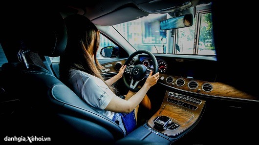 van-hanh-xe-mercedes-e200-2021-gia-ban-thong-so-ky-thuat-danhgiaxehoi-vn