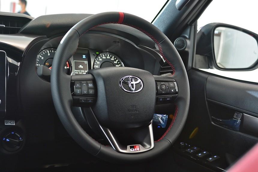 """Cận cảnh Toyota Hilux GR Sport 2022: bán tải thể thao chất lừ, dân """"chơi xe"""" khó lòng bỏ qua"""